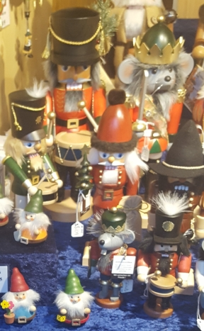 Nutcrackers, smokers and gnomes